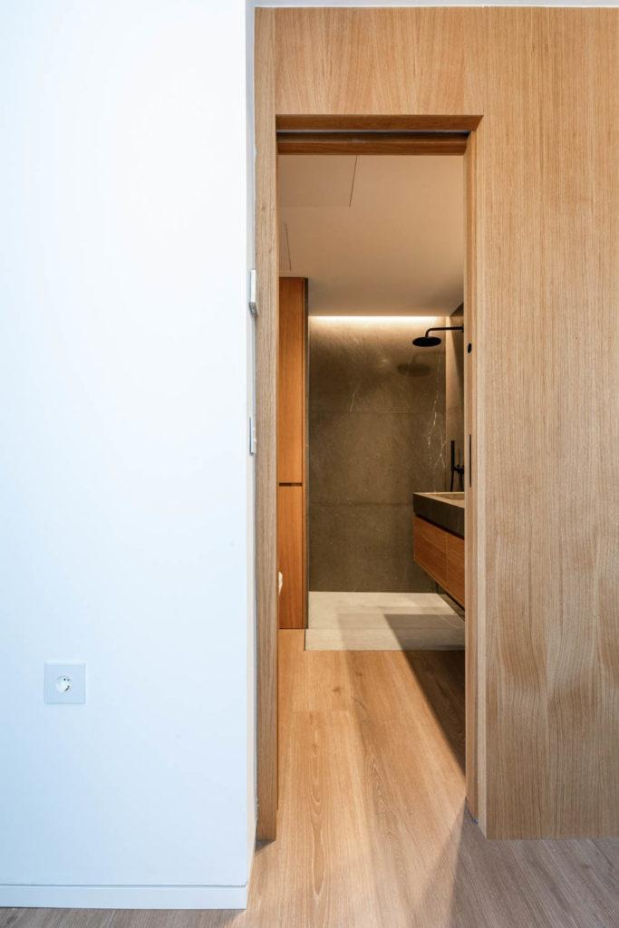 Baño a medida con madera y marmol