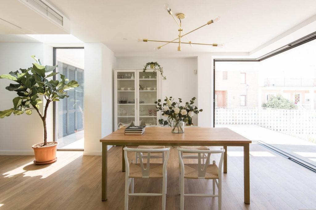 Salón luminoso y amplios ventanales